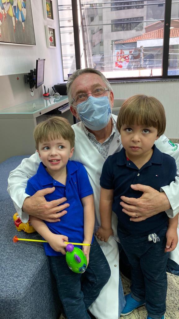 O pediatra Jorge Huberman ao lado dos pacientes Manoel e Samuel: roupas UV não liberam nenhum composto químico