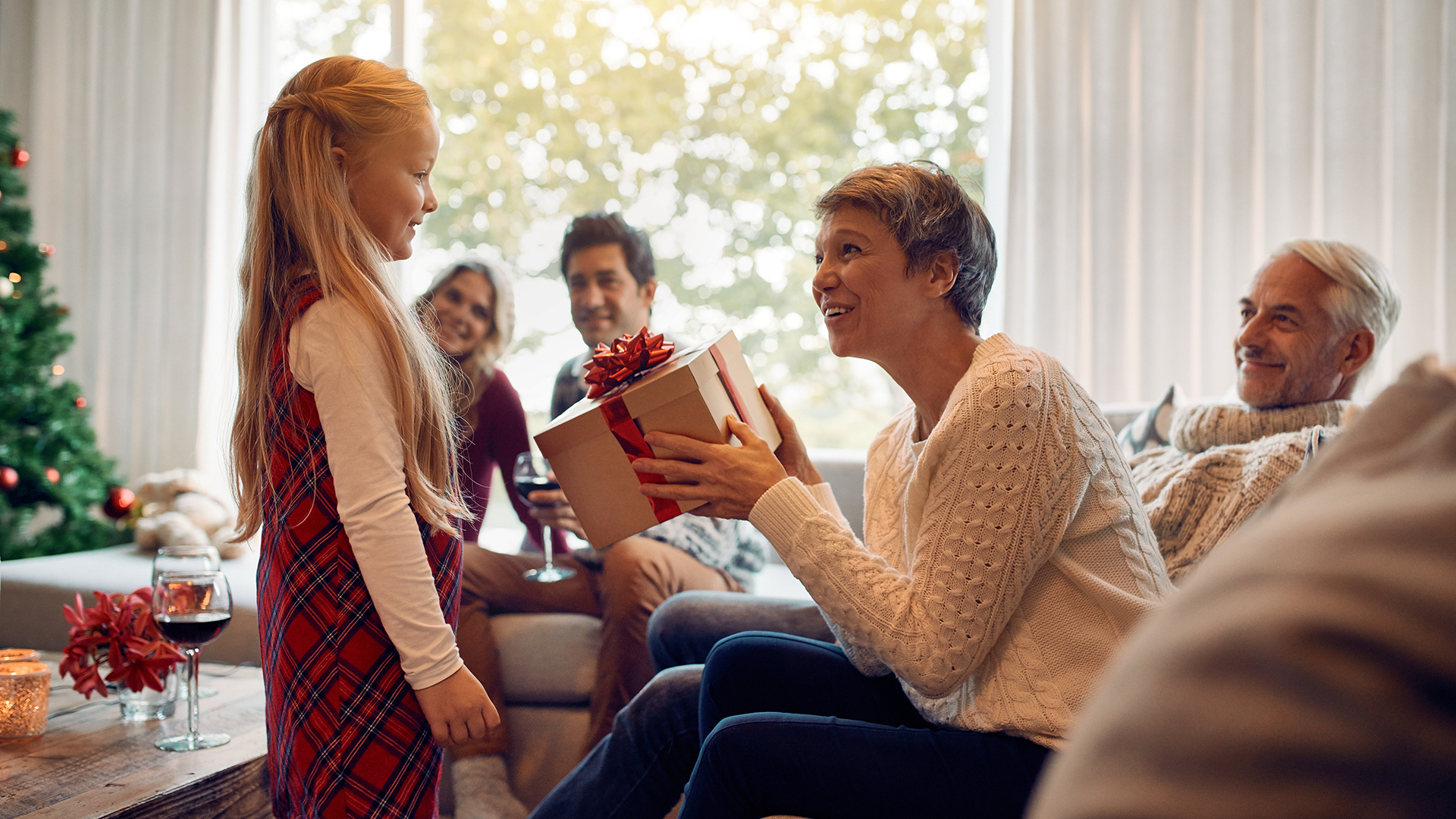 Criança recebe presente de um adulto: alguns pais, sem se darem conta, impõem aos filhos muito daquilo que lhes faltou na infância