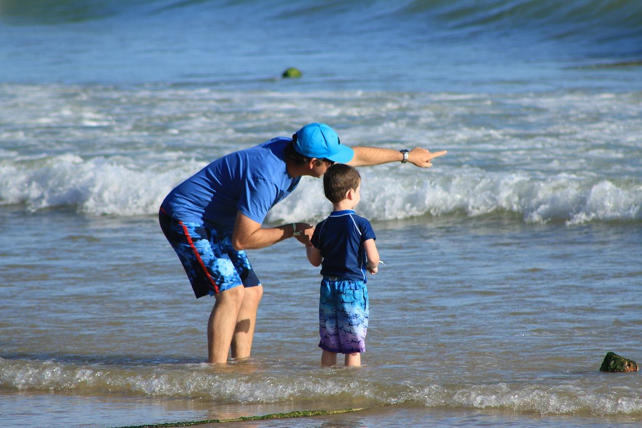 Pai aponta para o mar ao lado do filho: a beleza do mundo que não paramos para observar