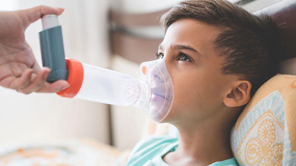 Menino faz inalação: rinite pode se transformar em asma