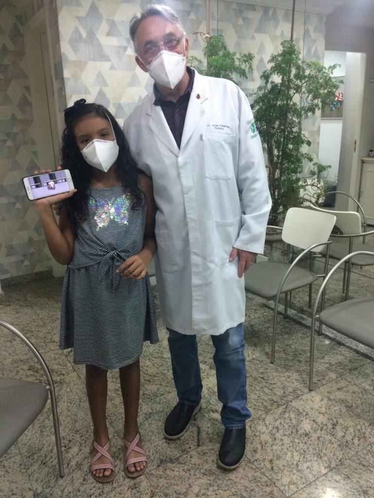 O pediatra Jorge Huberman ao lado da paciente Julia: o exame é indolor e feito enquanto o bebê está dormindo