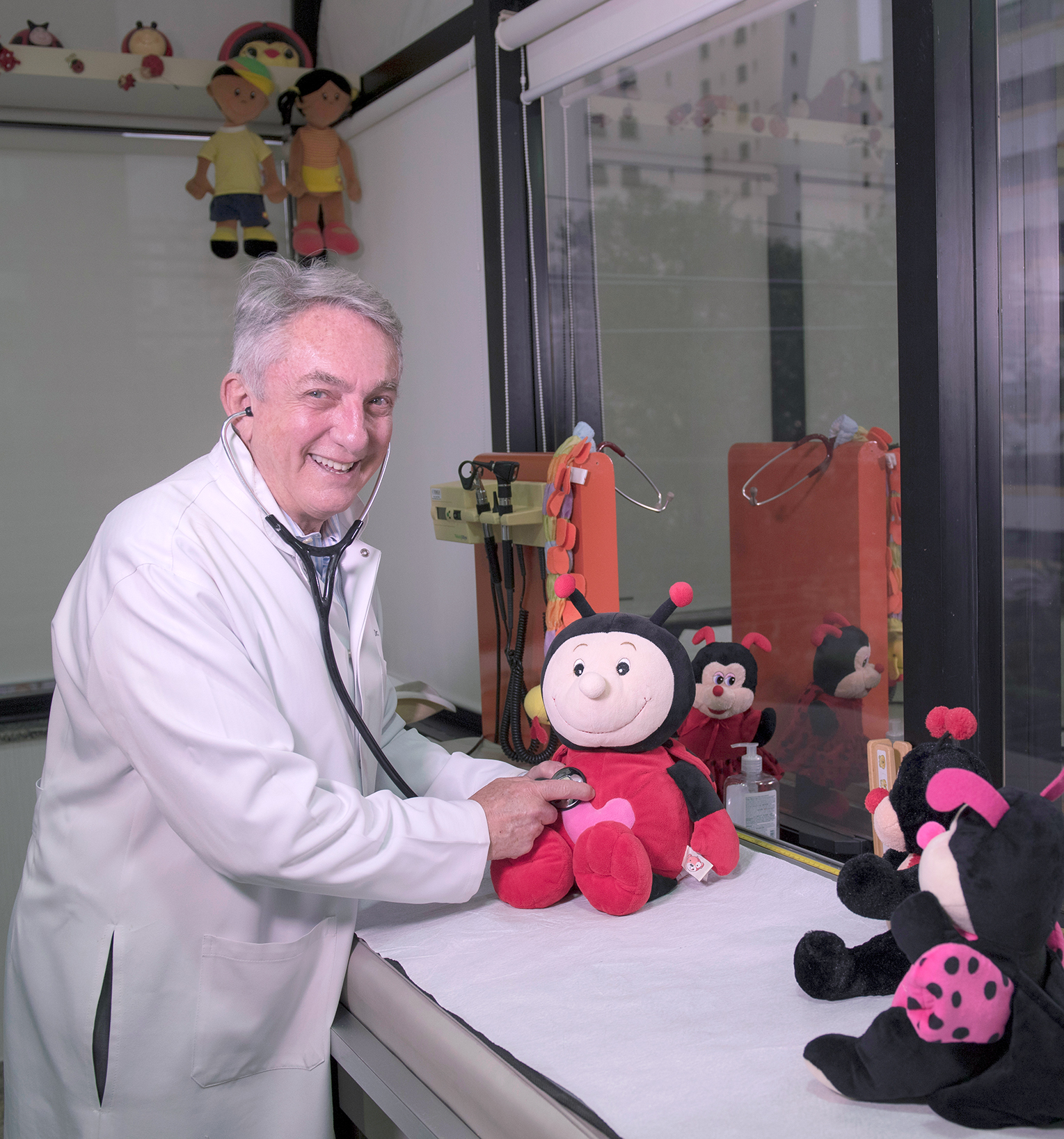 """O pediatra .Jorge Huberman em seu consultório em Moema: """"Avós são amor que nunca envelhece e sabedoria que nunca acaba"""