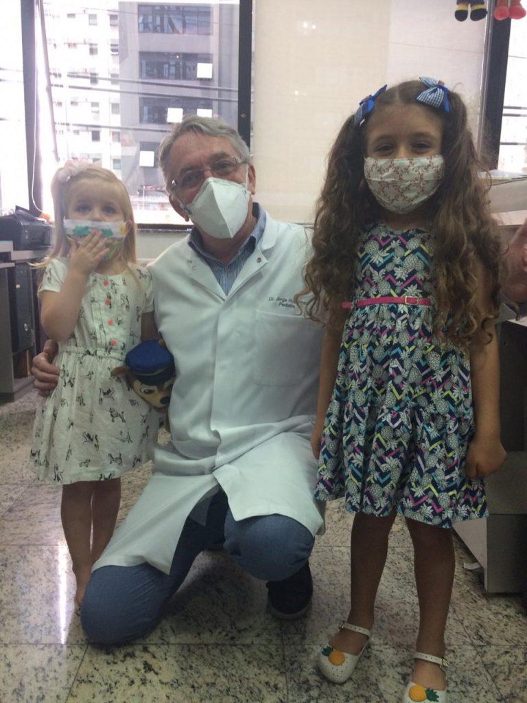 O pediatra Jorge Huberman ao lado das pacientes Rosa e Clara: chegada de um irmão gera muita ansiedade no irmão primogênito
