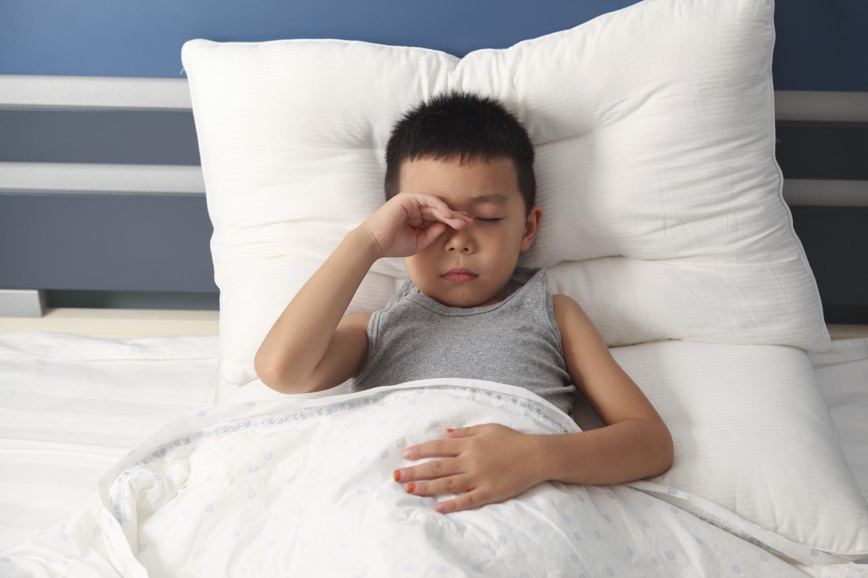 Criança na cama com dificuldade para dormir: é função do pediatra como identificar o distúrbio de sono na infância