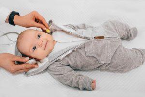 Teste da orelinha é feito em bebê: tire todas as suas dúvidas sobre o assunto