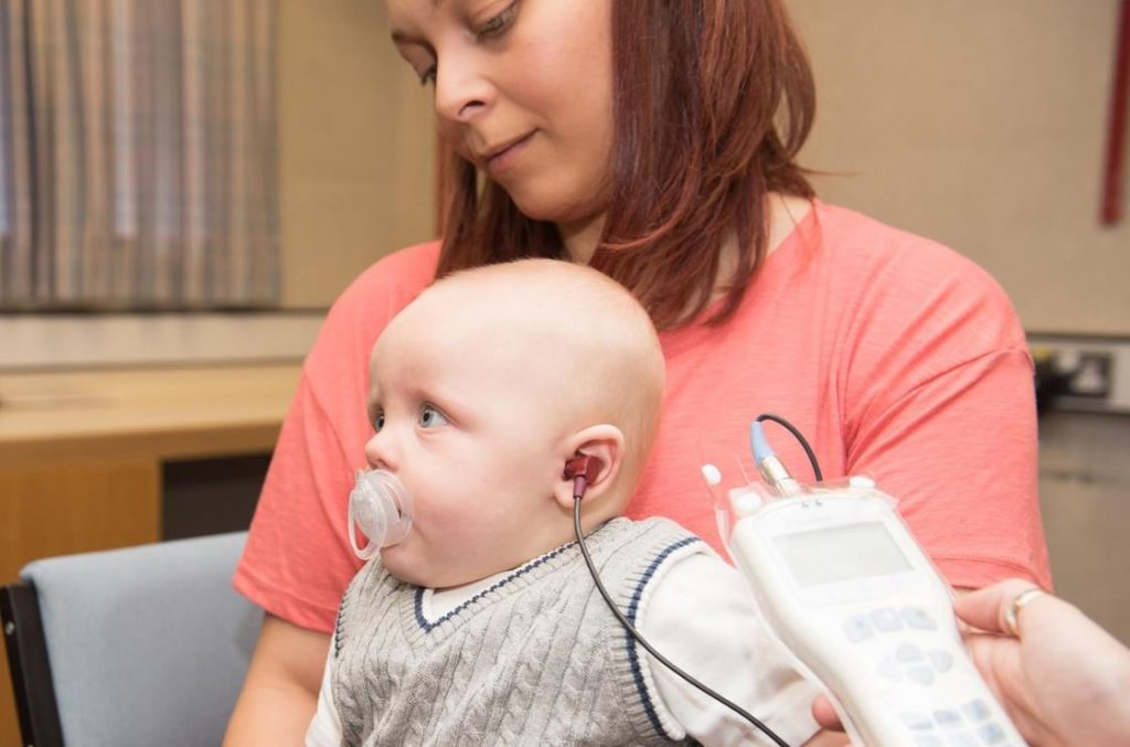 Bebê realiza exame; Teste da Orelinha: tire suas dúvidas!