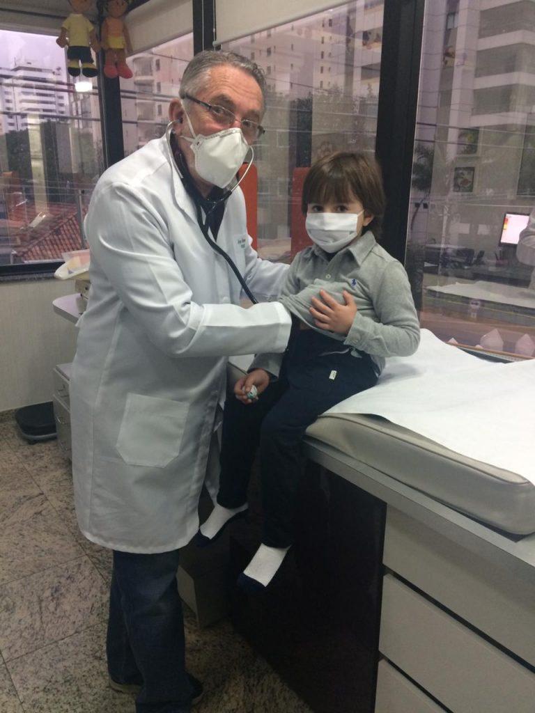 O Dr Jorge Huberman e seu paciente, Theo: é preciso aguardar mais estudos médicos para saber se as grávidas podem tomar a vacina contra o Covid-19