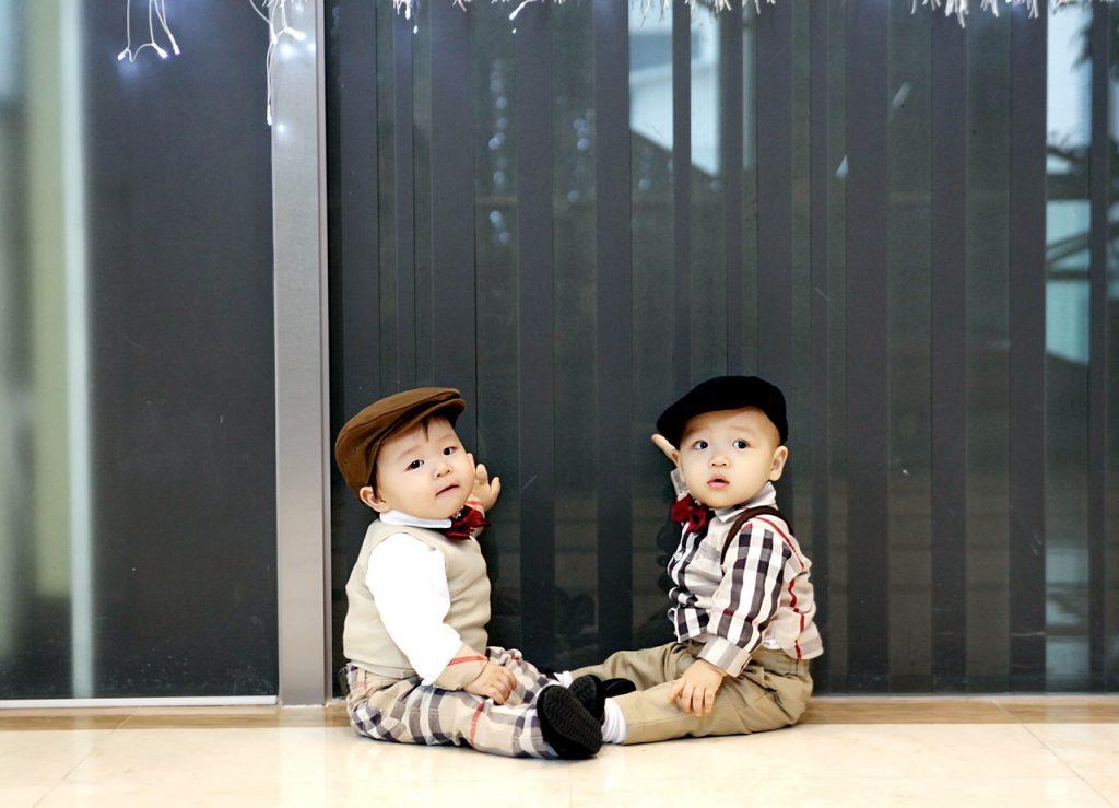Irmãos gêmeos asiáticos com roupas parecidas: tipo III do crescimento seletivo é diagnosticado quando no fluxo da artéria umbilical nota-se uma diástole intermitente, que é uma falha no fluxo sanguíneo