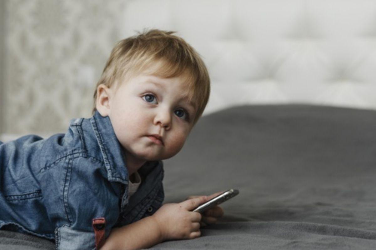 Criança usa um celular: desafio do Benadryl no TikTok é muito perigoso!