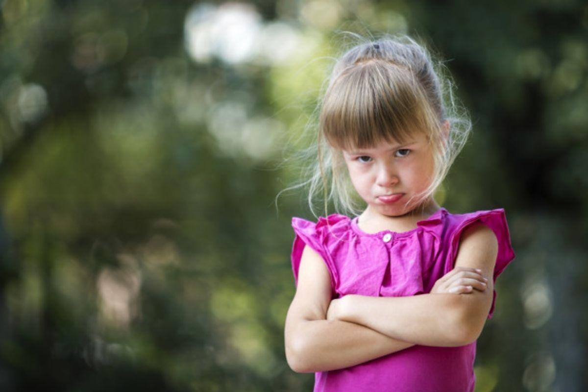 Menina faz cara feia; birra da criança: saiba como lidar