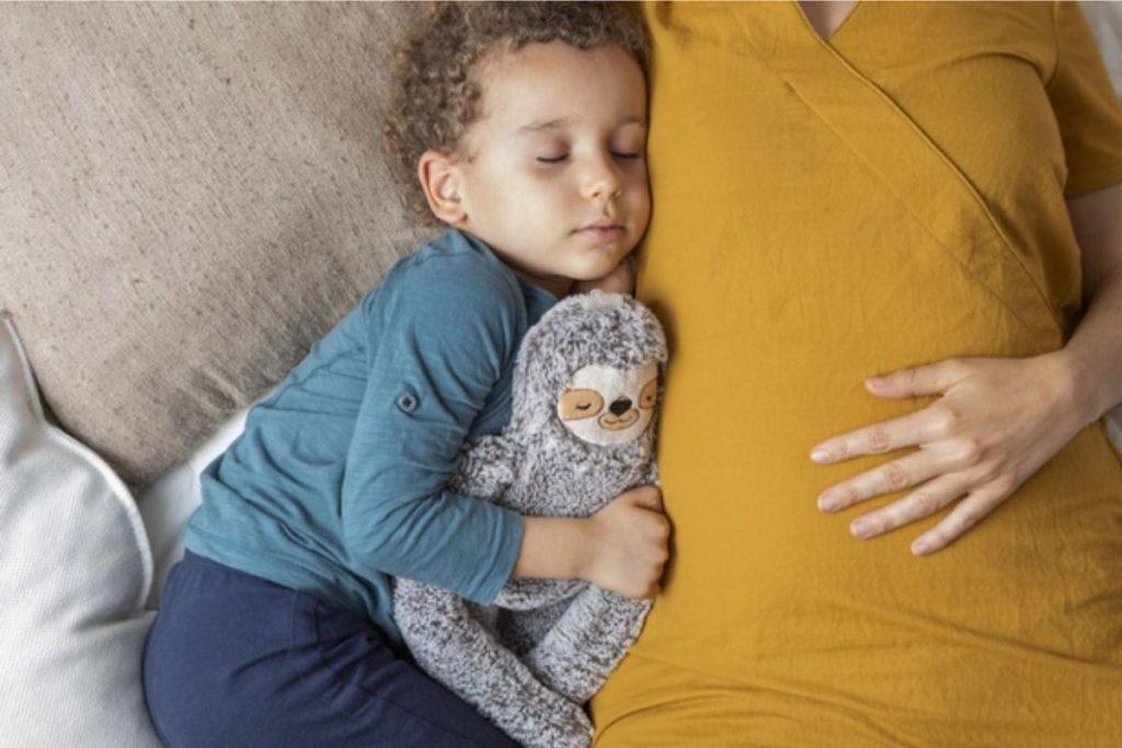 Criança dormindo: sonecas durante o dia ajudam o cérebro a arquivar e aprimorar conhecimentos. (Foto: Freepick)
