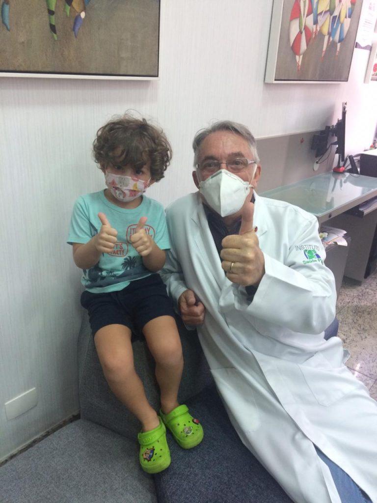 O pediatra Jorge Huberman ao lado do paciente Danny: a criança deve evitar ingerir muitos líquidos para evitar o xixi noturno