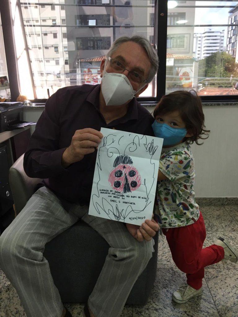 O pediatra e neonatologista Jorge ao lado do paciente Gael: chocolate e leite industrializado ajudam a evitar os gazes