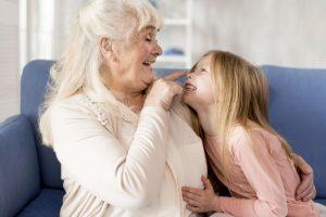 Adulto e criança trocam carinho; amor inexplicável: entenda a relação entre netos e avós