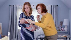 Avó e mãe cuidam de bebê: doenças que atingem crianças na primeira infância