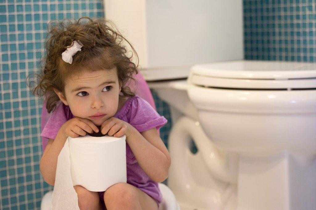 Criança segura rolo de papel higiênico perto da privada: dicas relatadas podem ser realizadas pelos pais de modo combinado ou isolado