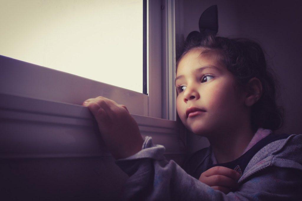 Criança ansiosa observa pela janela: dosagem de um remédio para um adulto é muito diferente daquela que se usa para uma criança