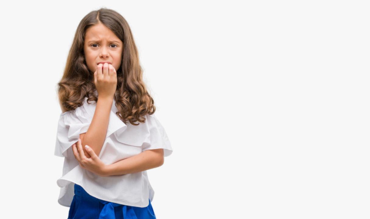 Menina rói as unhas; remédio para ansiedade: cautela no uso para crianças