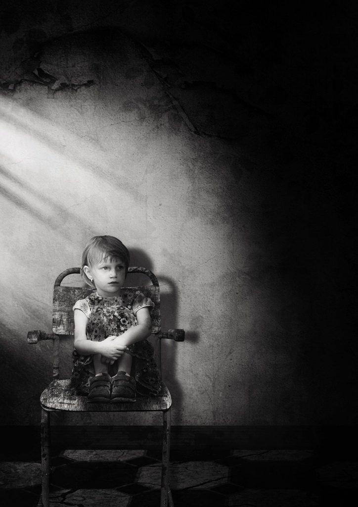 Criança em um quarto escuro: sintomas de que algo de errado está acontecendo podem ser identificados com relativa facilidade