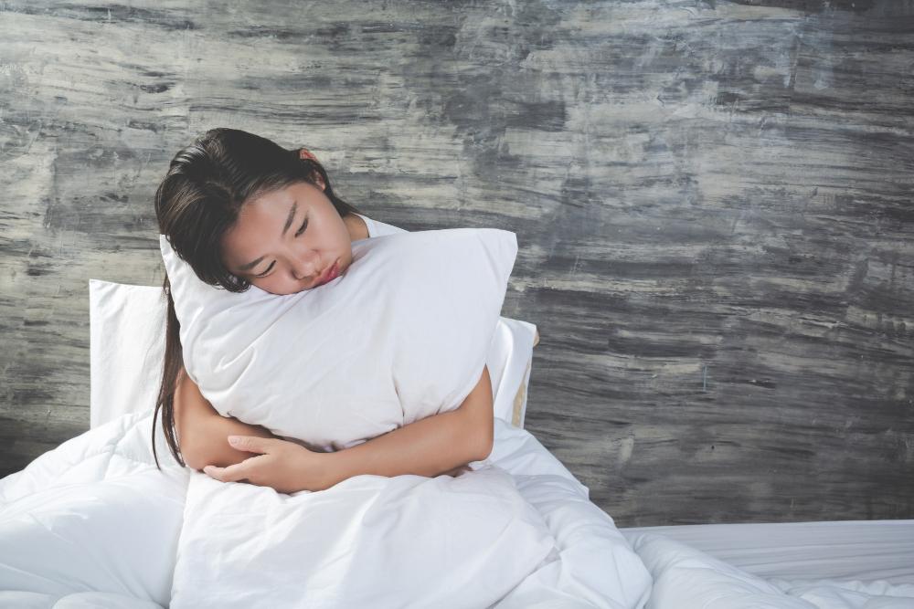 Criança abraça travesseiro: os mais novos têm grande dificuldade em expressar exatamente o que estão sentindo