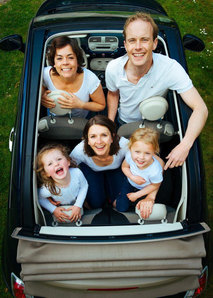 Pais e filhos dentro de um carro: mesada pode ser um bom início para educarmos nossos filhos sobre como adquirir bons hábitos financeiros