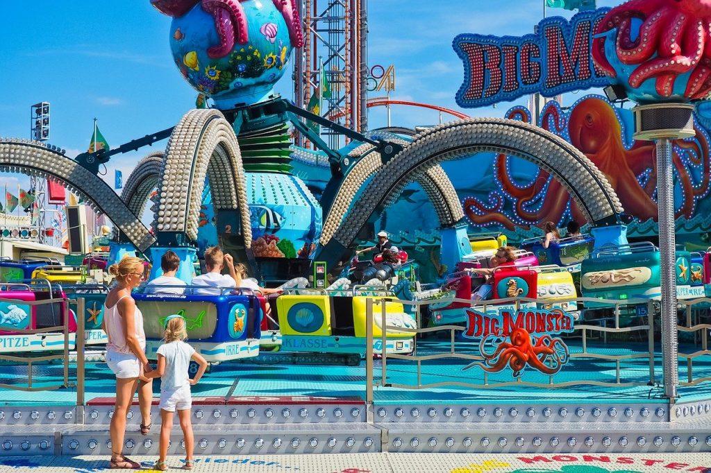 Mãe e filha no parque de diversões: pais devem evitar frustrações de filhos se eles não atingirem certas metas