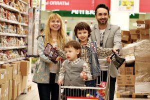 Familiares fazendo compras em mercado: como ensinar o valor do dinheiro para seus filhos?