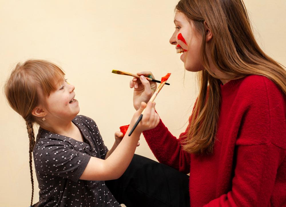 Menina com Síndrome de Down brinca com adulta: pais devem ter muita atenção aos filhos por causa das mudanças causadas pela Síndrome. Foto: Freepik