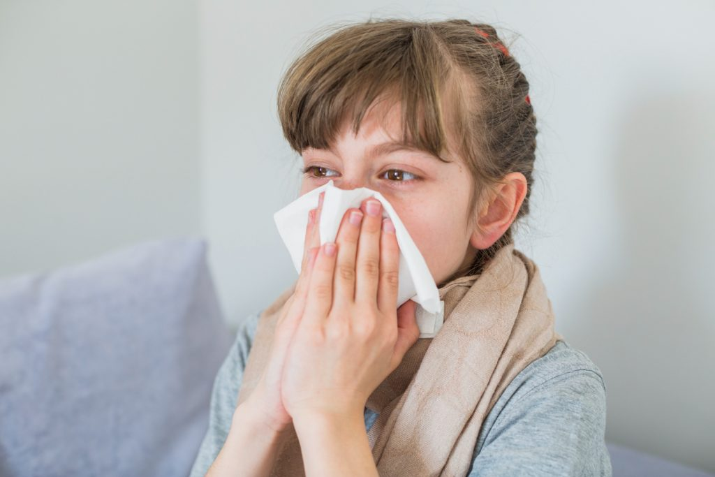 Menina usa papel para tentar descongestionar o nariz: histórico clínico dos pacientes ajuda na realização do diagnóstico da doença