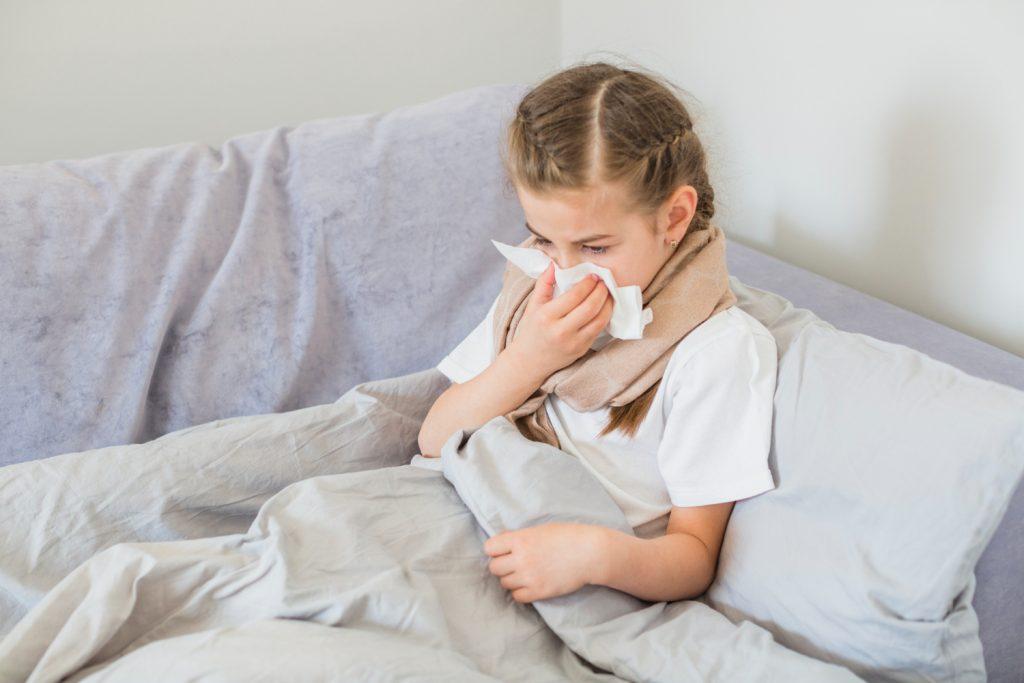 Menina com nariz congestionado: são 3 os sintomas da sinusite aguda
