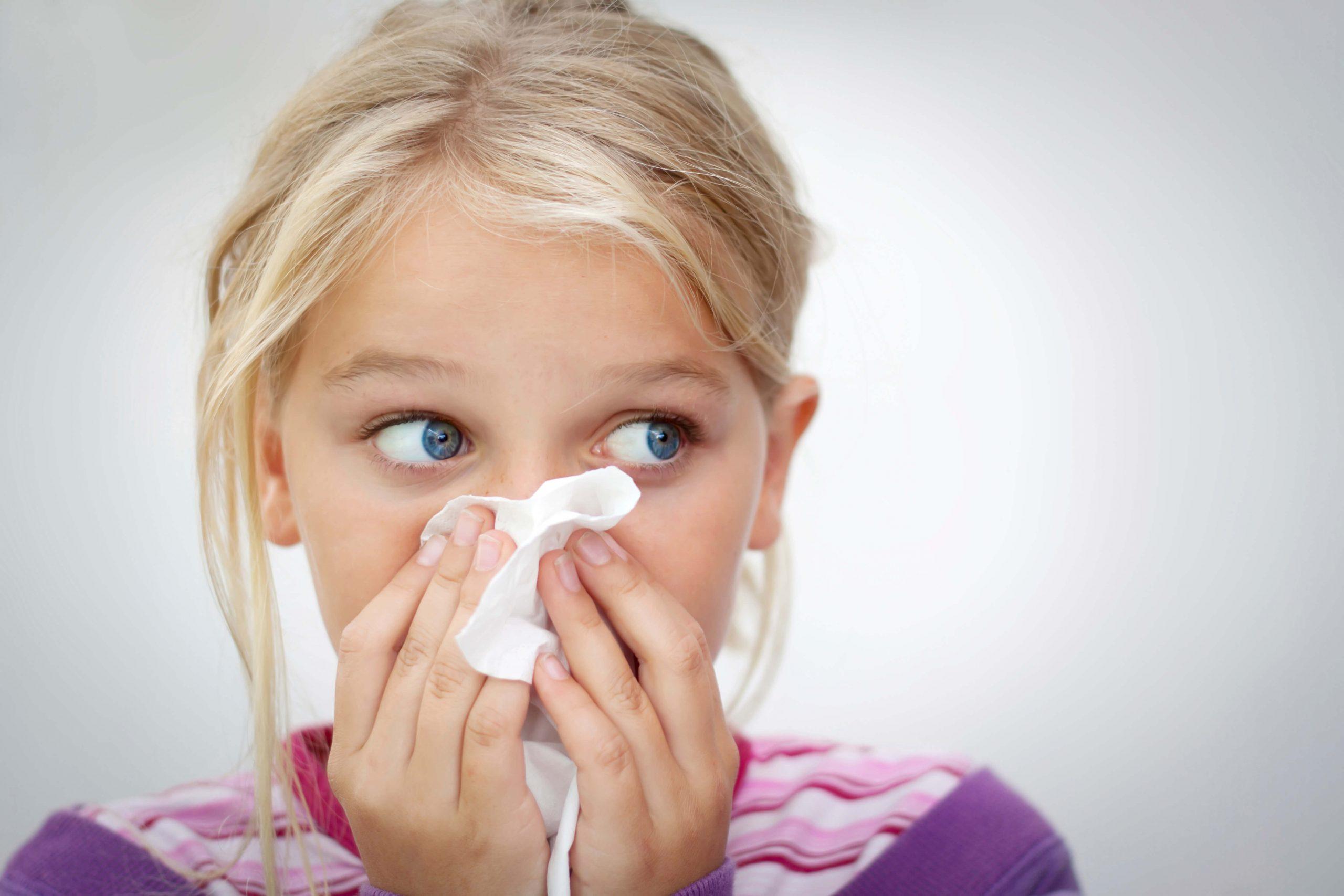 Criança assoa o nariz; rinossinusite aguda: sintomas e tratamento