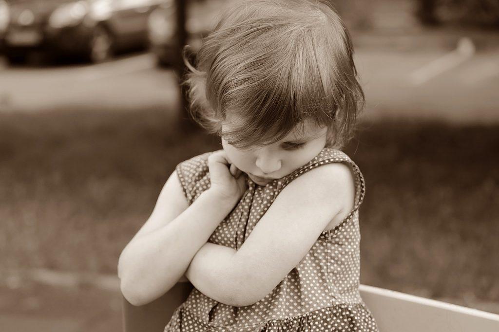 Menina aparenta tristeza: sinais de depressão em crianças variam conforme a idade