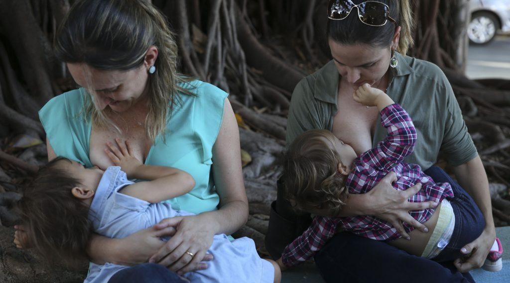 Mulheres amamentam seus filhos: volta da amamentação é positivo