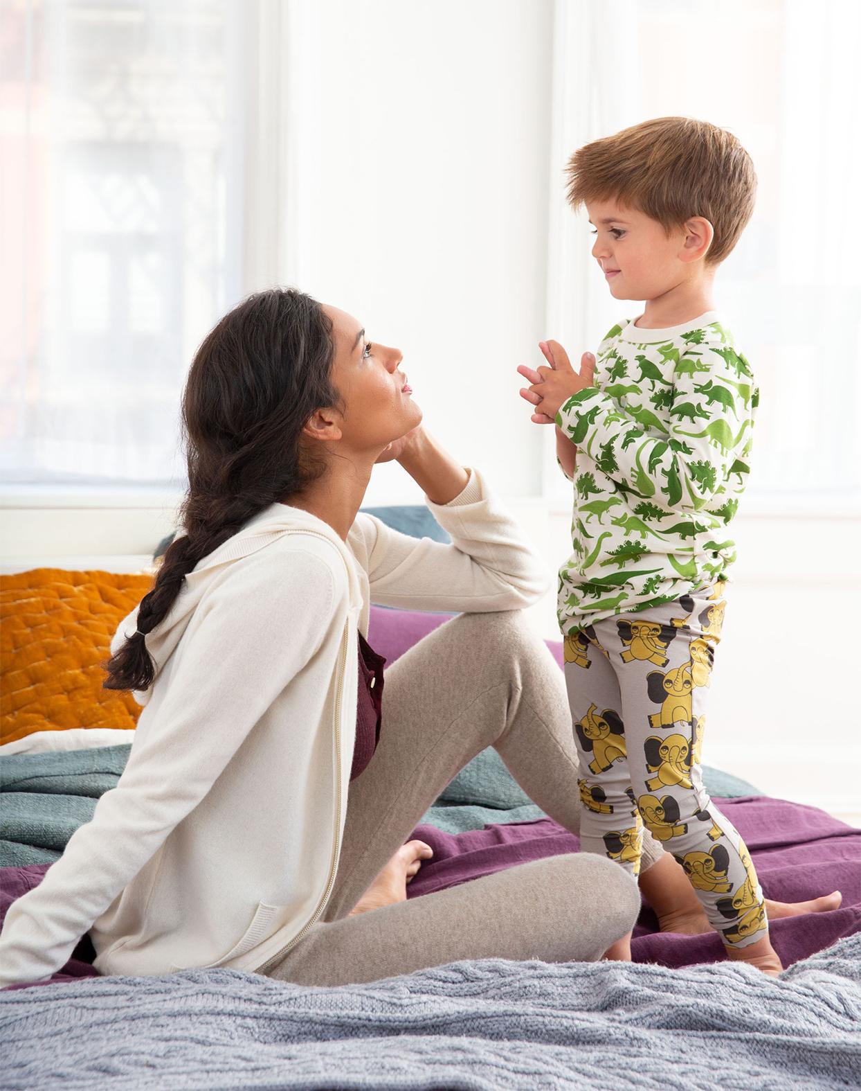 Criança conversa com sua mãe; diálogo entre pais e filhos: saiba sua importância!