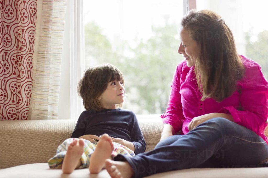 Mãe conversa com seu filho: diálogo com os pais deixa a criança mais tolerante