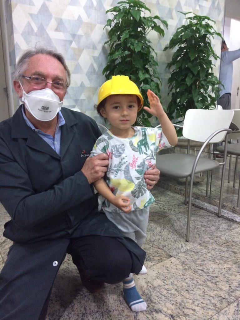 O pediatra Jorge Huberman ao lado do paciente Pietro: campanhas de prevenção fazem toda a diferença!