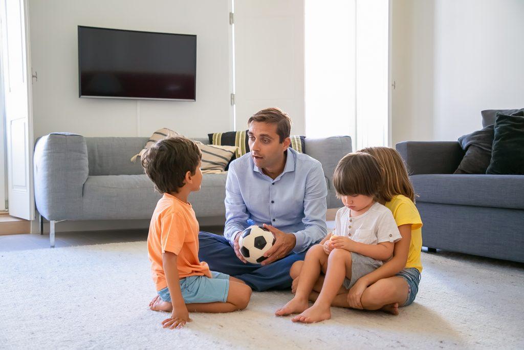 Pai brinca com seus filhos na sala de casa: mãe e pai desempenham papel muito importante para a boa saúde mental dos filhos; saiba que é o impacto da pandemia na saúde mental dos jovens.