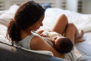 Mulher aparece amamentando bebê