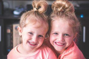 Entenda a união e a sintonia entre irmãos gêmeos: é comum que gêmeos tenham gostos semelhantes. Foto: Unplash