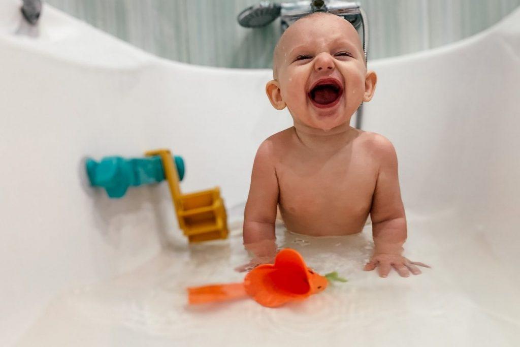 É importante que o banho do bebê seja um momento agradável
