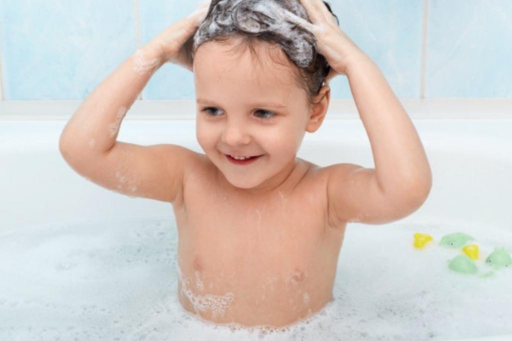 Manter a boa higiene é essencial para evitar o odor desagradável na axila do seu filho